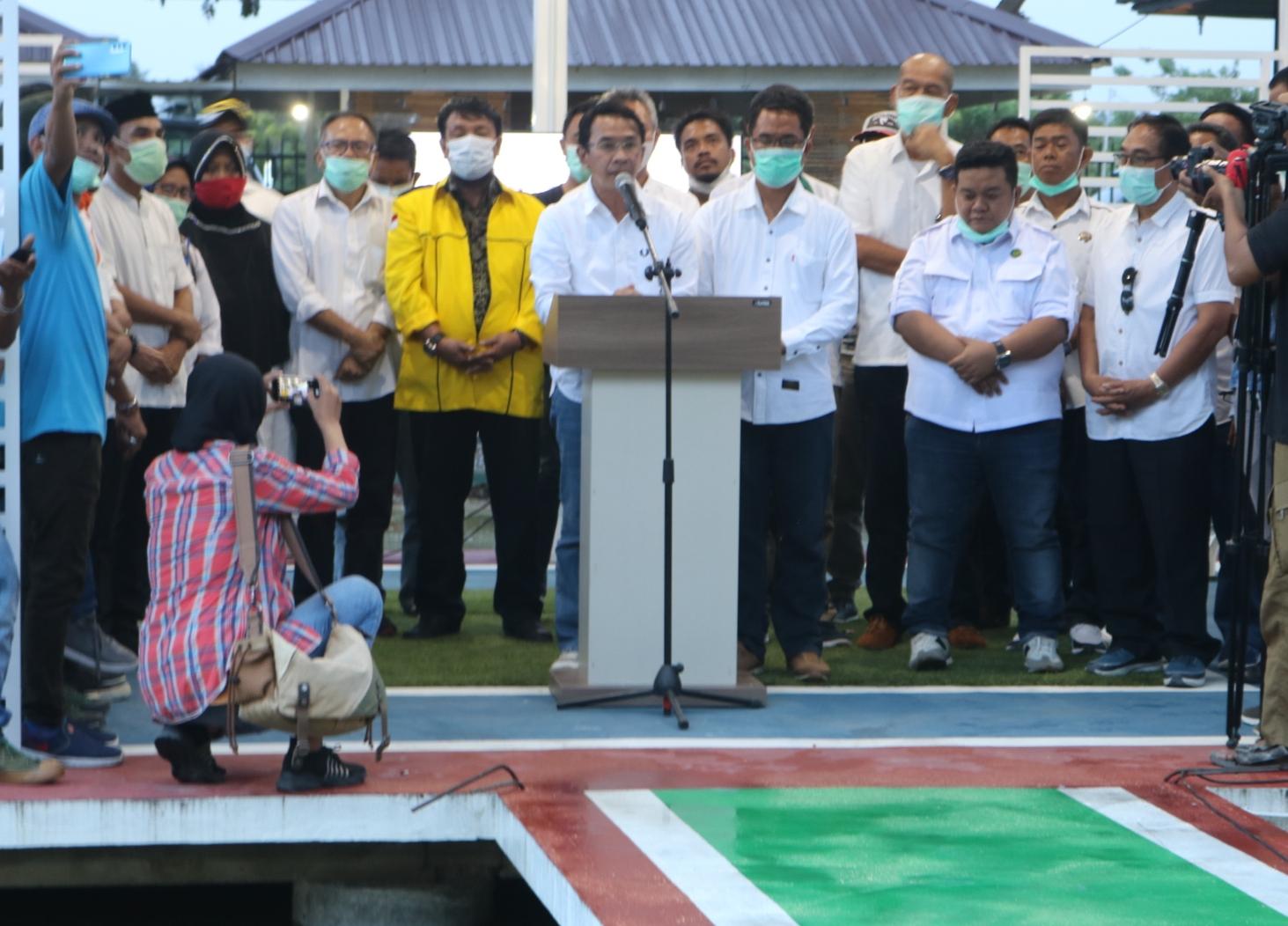 Pasangan calon Bupati dan Wakil Bupati Sigi, Mohamad Irwan dan Samuel Y Pongi didamping tim partai koalisi saat menyampaikan pidato kemenangan di Pilkada Sigi 2020./Foto: ayotau.id